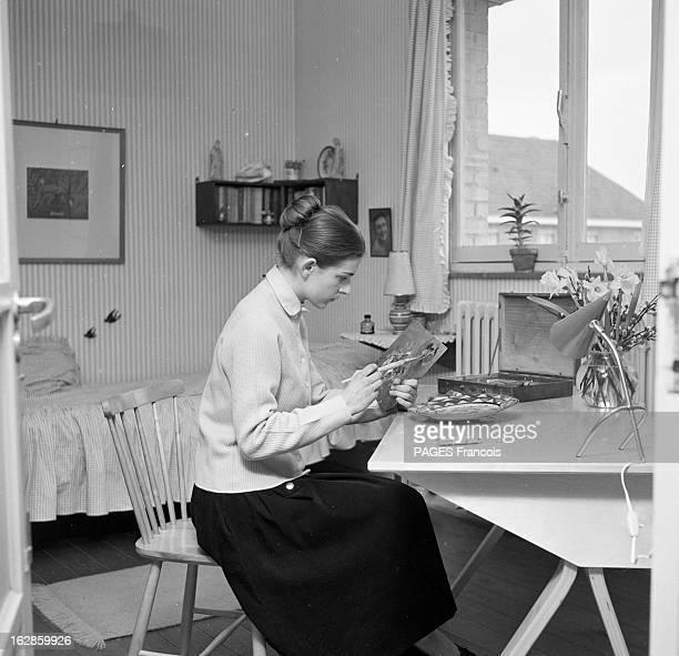Rendezvous With Anne Bodart La jeune adolescente qui a écrit son premier recueil de contes à l'âge de quinze ans peint une assiette assise au bureau...