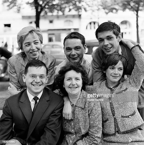 Rendezvous With Annie Fargues And Dick Sanders Reportage d'Annie FARGUES et Dick SANDERS Photographie de groupe sur un banc public avec Annie FARGUES...