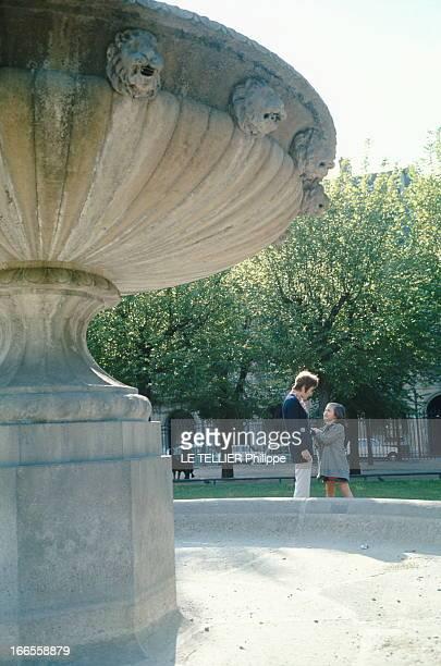 Rendezvous With Annie Girardot. Annie GIRARDOT avec sa fille Giulia SALVATORI dans le square de la place des Vosges à Paris.