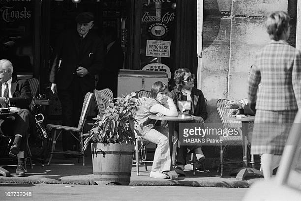 Rendezvous With Annie Girardot. Annie GIRARDOT et sa fille Giulia SALVATORI à la terrasse d'un bistrot de la place des Vosges à Paris.