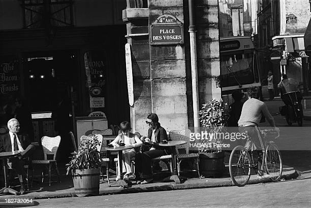 Rendezvous With Annie Girardot Annie GIRARDOT et sa fille Giulia SALVATORI à la terrasse d'un bistrot de la place des Vosges à Paris
