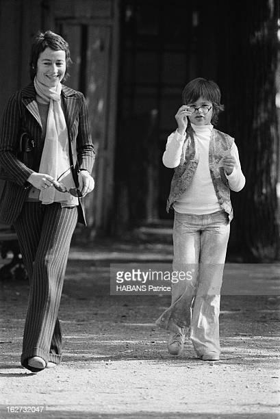 Rendezvous With Annie Girardot. Annie GIRARDOT et sa fille Giulia SALVATORI se promenant dans le quartier de la place des Vosges à Paris.