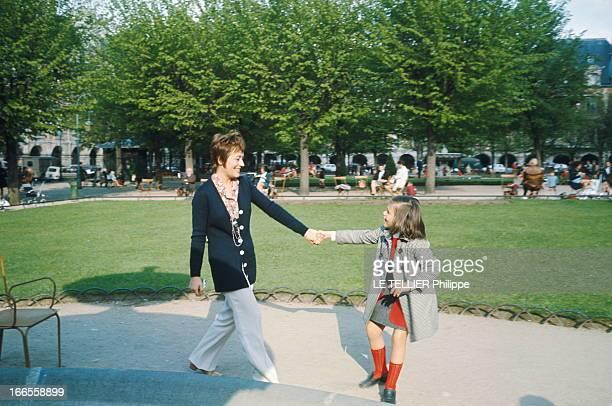 Rendezvous With Annie Girardot. Annie GIRARDOT et sa fille Giulia SALVATORI se promenant dans le square de la place des Vosges à Paris.