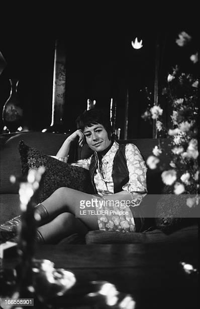 Rendezvous With Annie Girardot Attitude d'Annie GIRARDOT dans le salon de son appartement de la place des Vosges à Paris