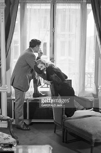 Rendezvous With Anthony Steel And Anita Ekberg France Paris 28 mars 1957 chez elle l'actrice suédoise Anita EKBERG pose avec son époux l'acteur...