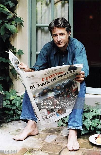 Rendezvous With Antoine De Caunes Rendezvous avec Antoine DE CAUNES à l'hôtel Costes à PARIS Antoine feuilletant l'Equipe du 8 juillet 2004 assis sur...