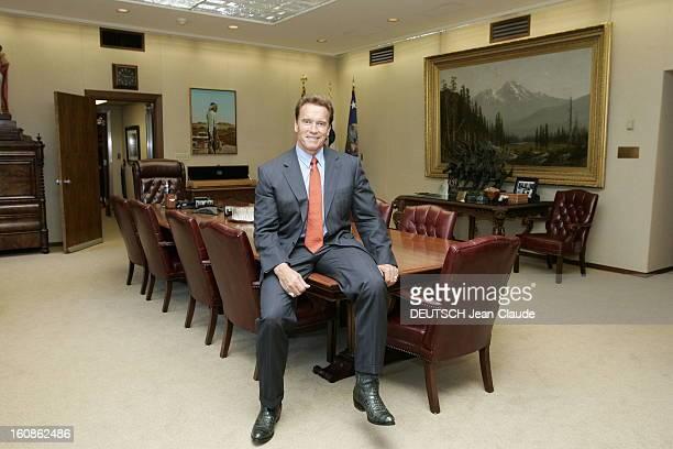 Rendezvous With Arnold Schwarzenegger, Governor Of California. Attitude souriante d'Arnold SCHWARZENEGGER, en costume d'homme d'affaires et santiags...