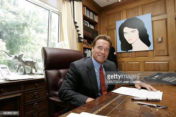 Rendezvous With Arnold Schwarzenegger Plan de face souriant d'Arnold SCHWARZENEGGER en costume d'homme d'affaires assis à son bureau de gouverneur à...
