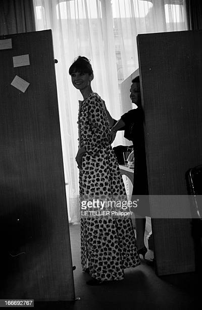 Rendezvous With Audrey Hepburn At Givenchy France Paris 21 décembre 1964 l'actrice Audrey HEPBURN essaie une robe dans la maison de couture Givenchy...
