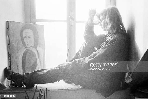 Rendezvous With Bella Brisel Paris février 1956 Bella BRISEL artiste peintre israélienne dans son atelier domicile rue de Seine La jeune peintre...