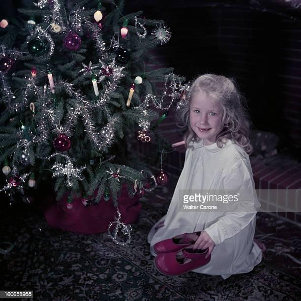 Rendezvous With Brigitte Fossey En décembre 1952 lors d'une séance de portraits l'actrice Brigitte FOSSEY six ans et demi agenouillée devant un sapin...