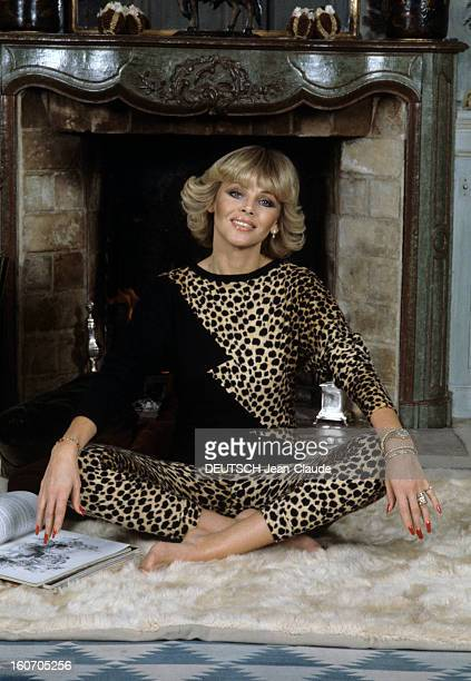 Rendezvous With Britt Ekland En janvier 1980 Britt EKLAND actrice alias Britt Marie EKLUND portant un vêtement en peau de léopard chez elle assise en...