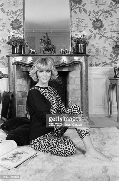 Rendezvous With Britt Ekland En novembre 1979 Britt EKLAND actrice alias Britt Marie EKLUND portant un vêtement en peau de léopard chez elle assise...
