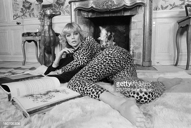 Rendezvous With Britt Ekland En novembre 1979 Britt EKLAND actrice alias Britt Marie EKLUND portant un vêtement en peau de léopard chez elle allongée...