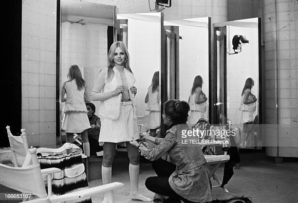 Rendezvous With Britt Ekland Le 28 janvier 1970 l'actrice suédoise Britt EKLAND souriante en présence d'une couturière essaye un ensemble composé...