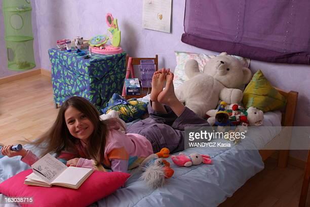Rendezvous With Camille Gauthier Camille GAUTHIER 9 ans héroïne du nouveau film d'Alain Corneau 'Les mots bleus' attitude souriante de la fillette...