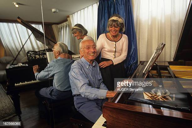 Rendezvous With Captain JacquesYves Cousteau With Children En France en juin 1996 JacquesYves COUSTEAU océanographe en famille assis à son piano avec...
