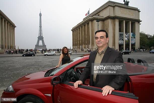 Rendezvous With Carlos Ghosn Attitude souriante de Carlos GHOSN patron de RENAULT se tenant debout derrière la portière avant d'un coupé cabriolet...