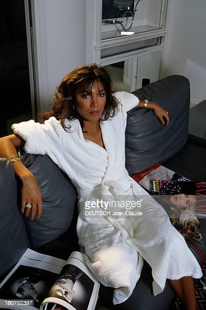 Rendezvous With Carlos Sotto Mayor En juin 1984 Carlos SOTTO MAYOR actrice portant un peignoir sur son canapé chez elle