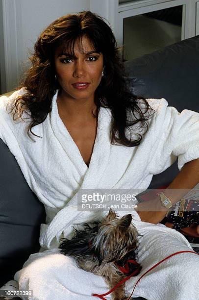Rendezvous With Carlos Sotto Mayor En juin 1984 Carlos SOTTO MAYOR actrice portant un peignoir sur son canapé chez elle avec son chien