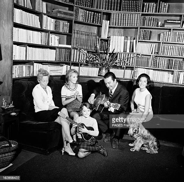 Rendezvous With Caroline Cellier France 5 octobre 1966 dans un salon l'actrice française Caroline CELLIER est assise sur un canapé avec une femme et...