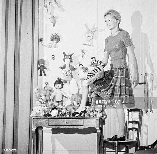 Rendezvous With Caroline Cellier France 5 octobre 1966 l'actrice française Caroline CELLIER pose un pied sur une chaise l'autre sur un bureau où...