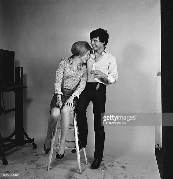 Rendezvous With Catherine Deneuve And David Bailey. Photo studio : attitude riante de Catherine DENEUVE assise sur un tabouret, la tête appuyée au...