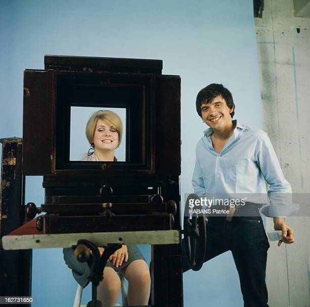 Rendezvous With Catherine Deneuve And David Bailey. Photo studio : attitude souriante de Catherine DENEUVE assise sur un tabouret, vue à travers une...