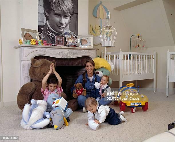 Rendezvous With Catherine Pironi And Her Twins Gilles And Didier. Rambouillet - 23 décembre 1988 - Chez elle, dans une chambre d'enfant, assise en...