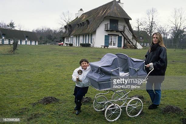 Rendezvous With Catherine Pironi And Her Twins Gilles And Didier. Rambouillet - 29 février 1988 - Dans le parc de sa propriété, devant sa maison,...