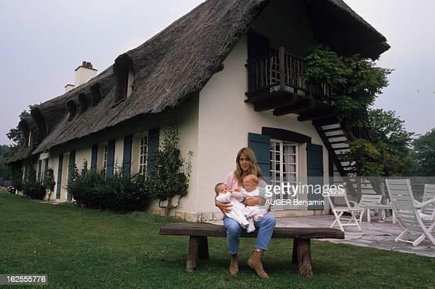 Rendezvous With Catherine Pironi With Her Children In Herproperty Of Souvigny. En France, à Souvigny, le 12 septembre 1988, à l'occasion de la sortie...