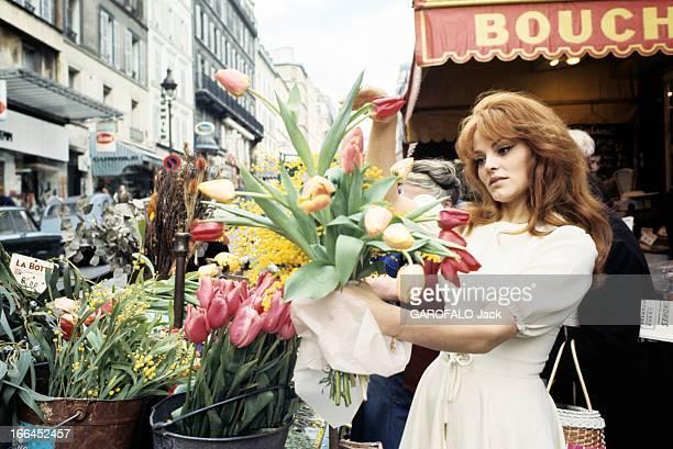 Rendezvous With Catherine Rouvel Paris mars 1969 A l'occasion de son rôle dans 'Fanny' sur un marché l'actrice Cathrine ROUVEL en robe blanche face à...