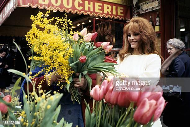 Rendezvous With Catherine Rouvel Paris mars 1969 A l'occasion de son rôle dans 'Fanny' sur un marché l'actrice Cathrine ROUVEL en robe blanche...