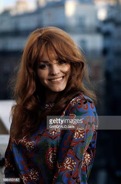 Rendezvous With Catherine Rouvel Paris mars 1969 A l'occasion de son rôle dans 'Fanny' portrait en extérieur de l'actrice Cathrine ROUVEL souriante