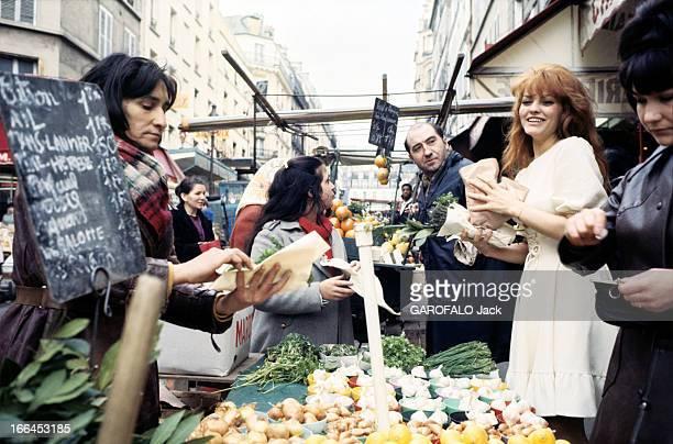 Rendezvous With Catherine Rouvel Paris mars 1969 A l'occasion de son rôle dans 'Fanny' sur un marché l'actrice Cathrine ROUVEL souriante en robe...