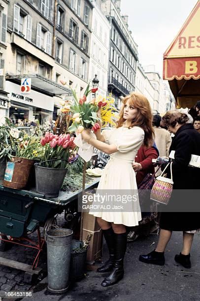 Rendezvous With Catherine Rouvel Paris mars 1969 A l'occasion de son rôle dans 'Fanny' sur un marché l'actrice Cathrine ROUVEL en robe blanche devant...