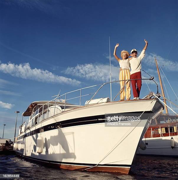 Rendezvous With Charles Aznavour And His Bride Ulla Attitude souriante de Charles AZNAVOUR coiffé d'une casquette de marin tenant par la taille sa...