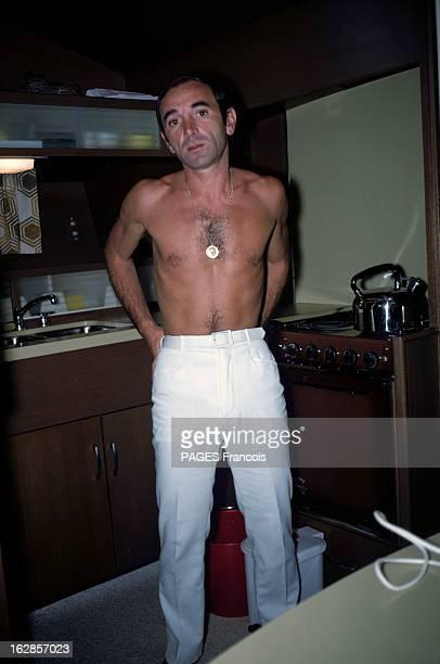 Rendezvous With Charles Aznavour And His Bride Ulla En France à Cannes en juillet 1966 Charles AZNAVOUR chanteur torse nu tenant dans la cuisine de...