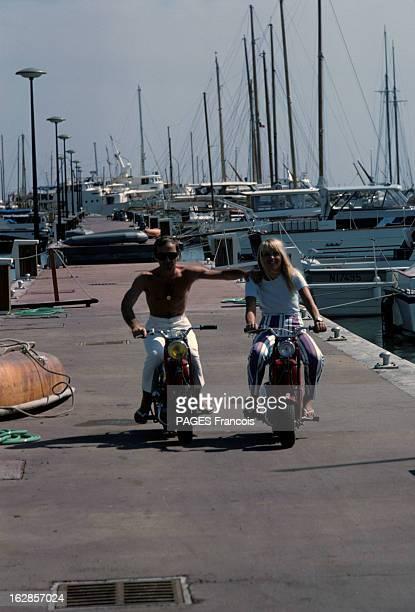 Rendezvous With Charles Aznavour And His Bride Ulla En France à Cannes en juillet 1966 Charles AZNAVOUR chanteur torse nu et sa fiancée Ulla sur des...