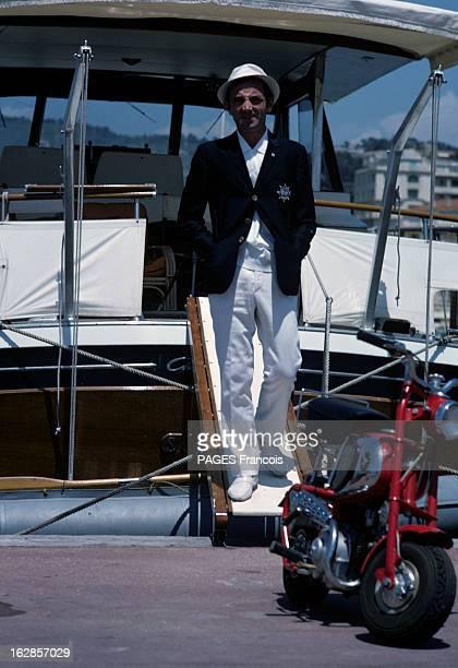 Rendezvous With Charles Aznavour And His Bride Ulla En France à Cannes en juillet 1966 Charles AZNAVOUR chanteur portant une vestye bleu marine et un...