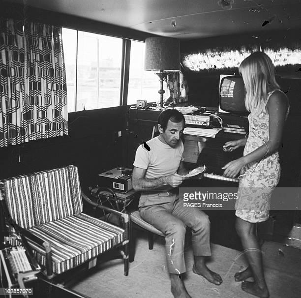 Rendezvous With Charles Aznavour And His Bride Ulla France SaintTropez 21 juin 1966 l'auteurcompositeurinterprète et acteur francoarménien Charles...