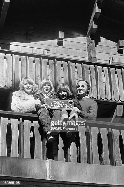 Rendezvous With Charles Aznavour En octobre 1977 en Suisse chez lui à Genève le chanteur et acteur français Charles AZNAVOUR posant sur un balcon en...