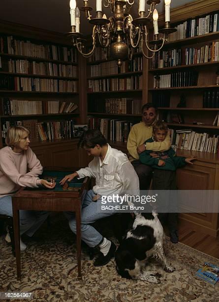 Rendezvous With Charles Aznavour Suisse Cologny Genève 9 Octobre 1986 Charles AZNAVOUR auteur compositeur interprète et acteur franco arménien tenant...