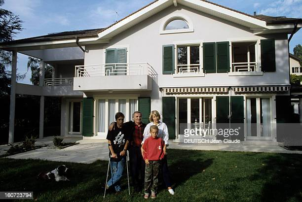 Rendezvous With Charles Aznavour With Family In Cologny In Switzerland En Suisse à Cologny le 25 septembre 1987 de gauche à droite son fils Micha...