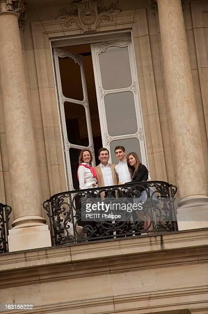 Rendezvous With Charles Rivkin Vue en contreplongée de Charles RIVKIN nouvel ambassadeur des EtatsUnis en France posant à un balcon de l'ambassade au...