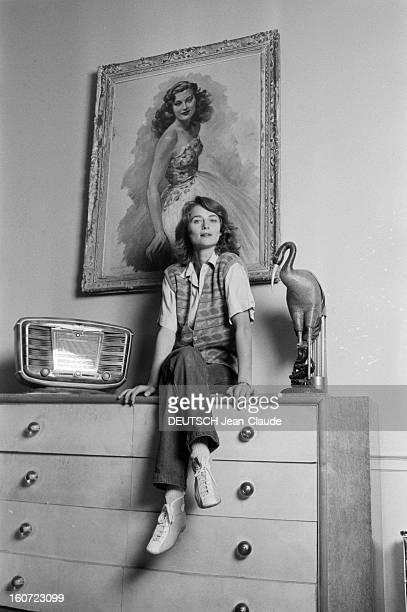 Rendezvous With Charlotte Rampling Le 27 novembre 1980 en France la comédienne Charlotte RAMPLING assise sur une commode dans le salon 1930 de sa...