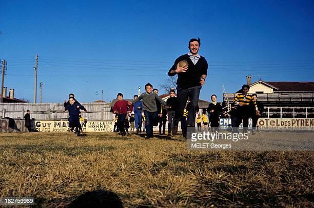 Rendezvous With Christian Darrouy Rugby Player MontdeMarsan février 1962 Portrait de Christian DARROUY joueur de rugby souriant ballon en main...