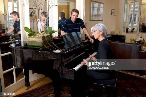 Rendezvous With Christine Lagarde La ministre de l'Economie des Finances et de l'Industrie Christine LAGARDE au piano dans son appartement parisien...