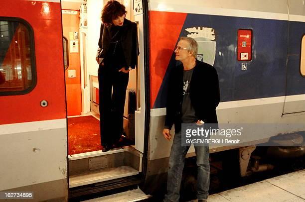 Rendezvous With Christophe Lambert And Sophie Marceau Sophie MARCEAU debout sur le marchepied du Tgv regardant son compagnon Christophe LAMBERT...