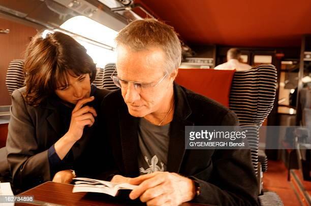 Rendezvous With Christophe Lambert And Sophie Marceau Sophie MARCEAU et son compagnon Christophe LAMBERT lisant quelque chose à bord du Tgv qui les...